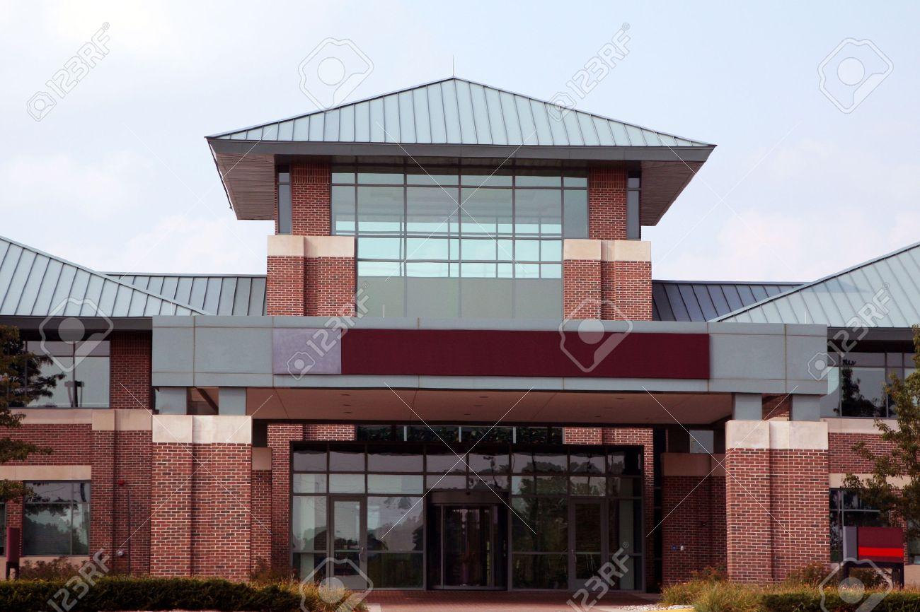 Entrée dun immeuble de bureaux moderne de faible hauteur banque d