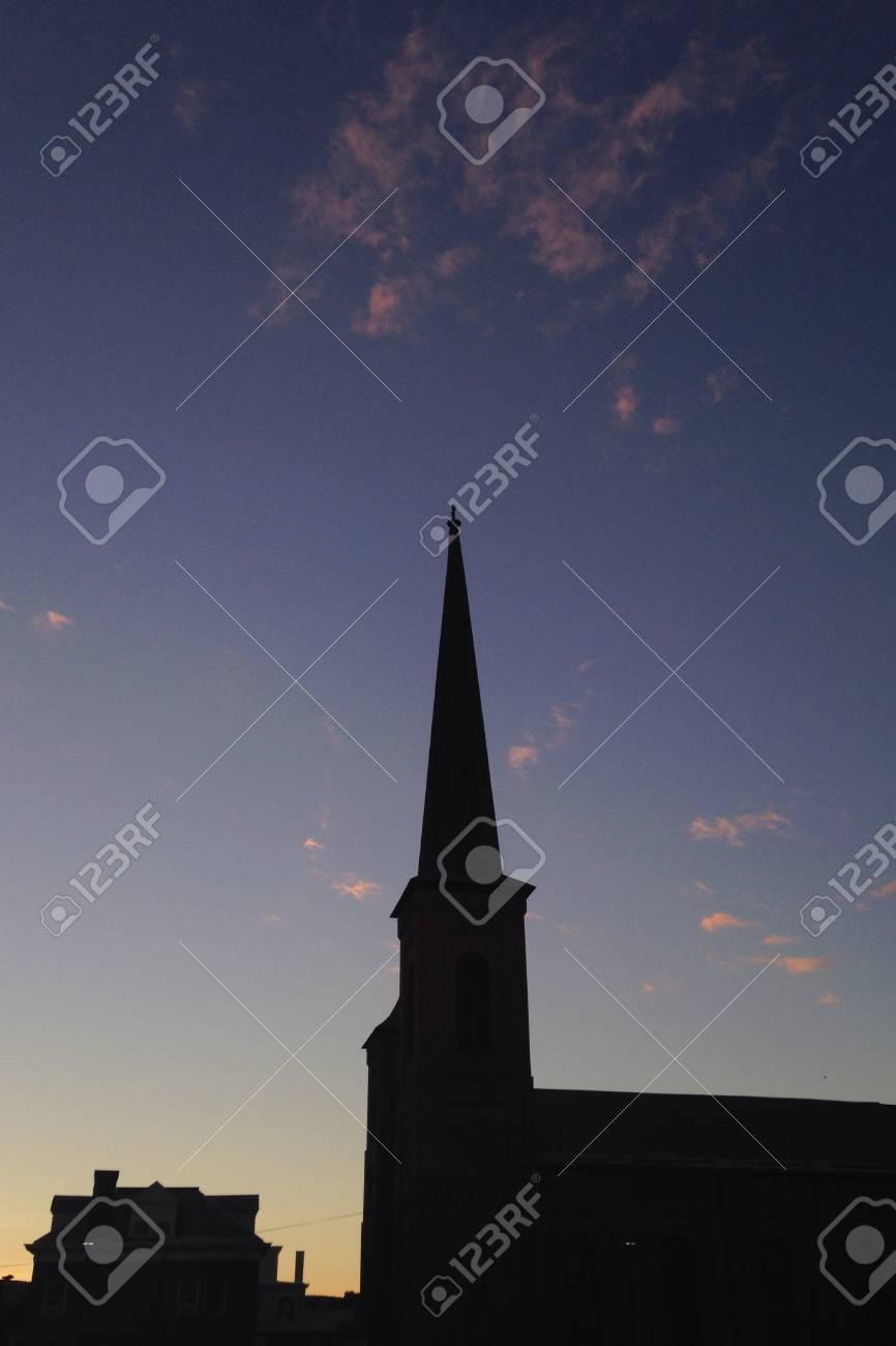 Sut に対しての小さな町で教会 T...