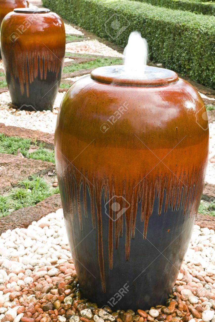 La Main En Terre Cuite Pot Décoration Dans Un Jardin Banque D\'Images ...