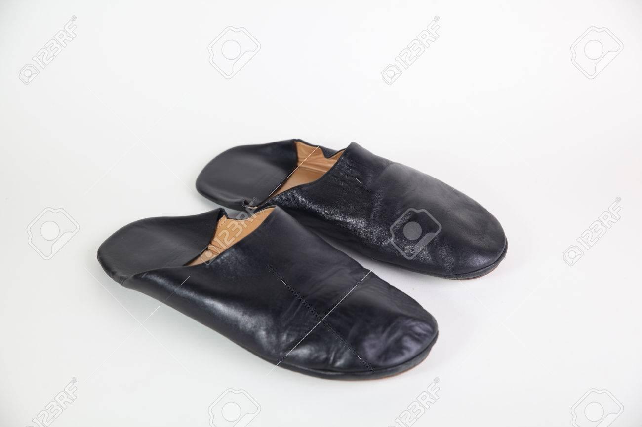 a84979b4375e Schwarzes Leder Pantoffel auf weißem Hintergrund Standard-Bild - 40943102