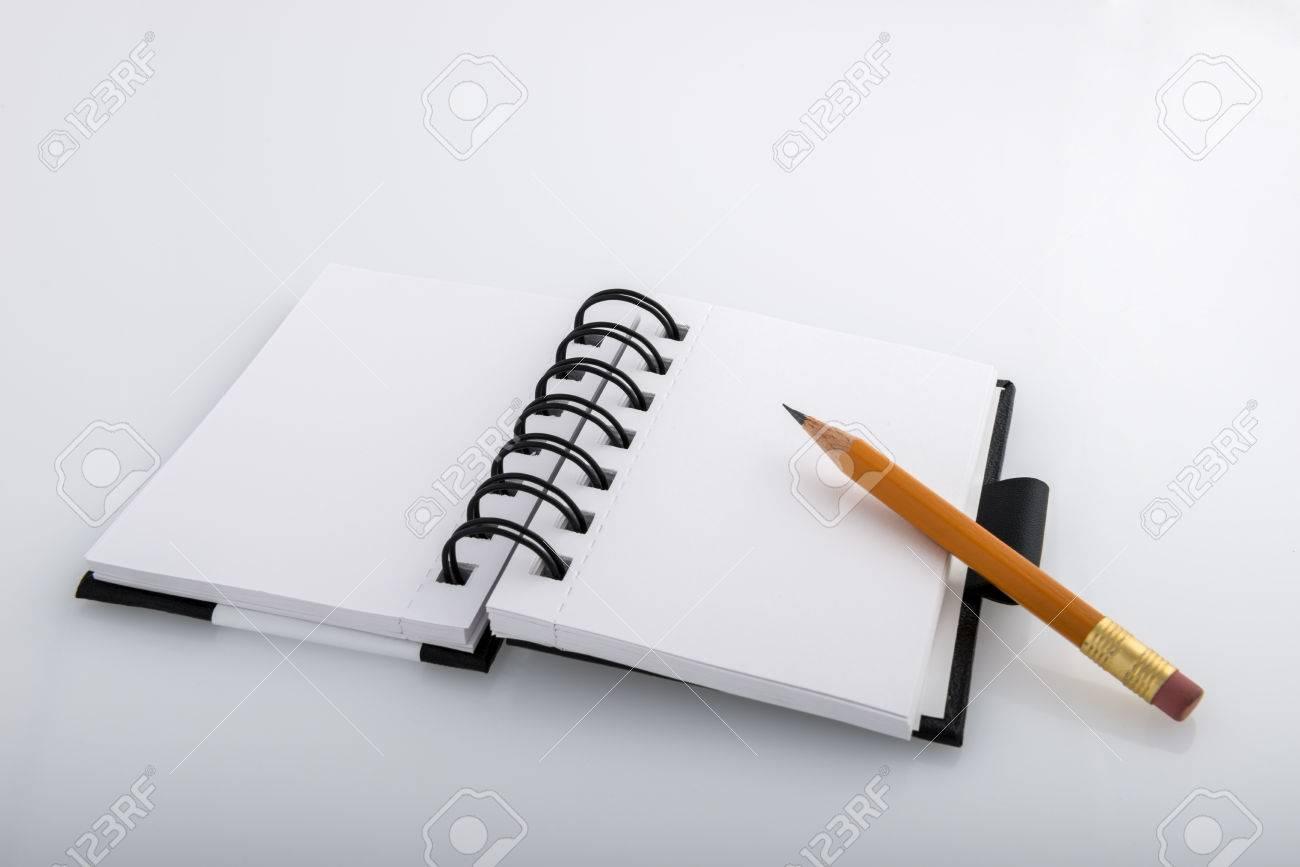 Ouvrir annelé bloc notes et un crayon repos en noir et blanc sur un