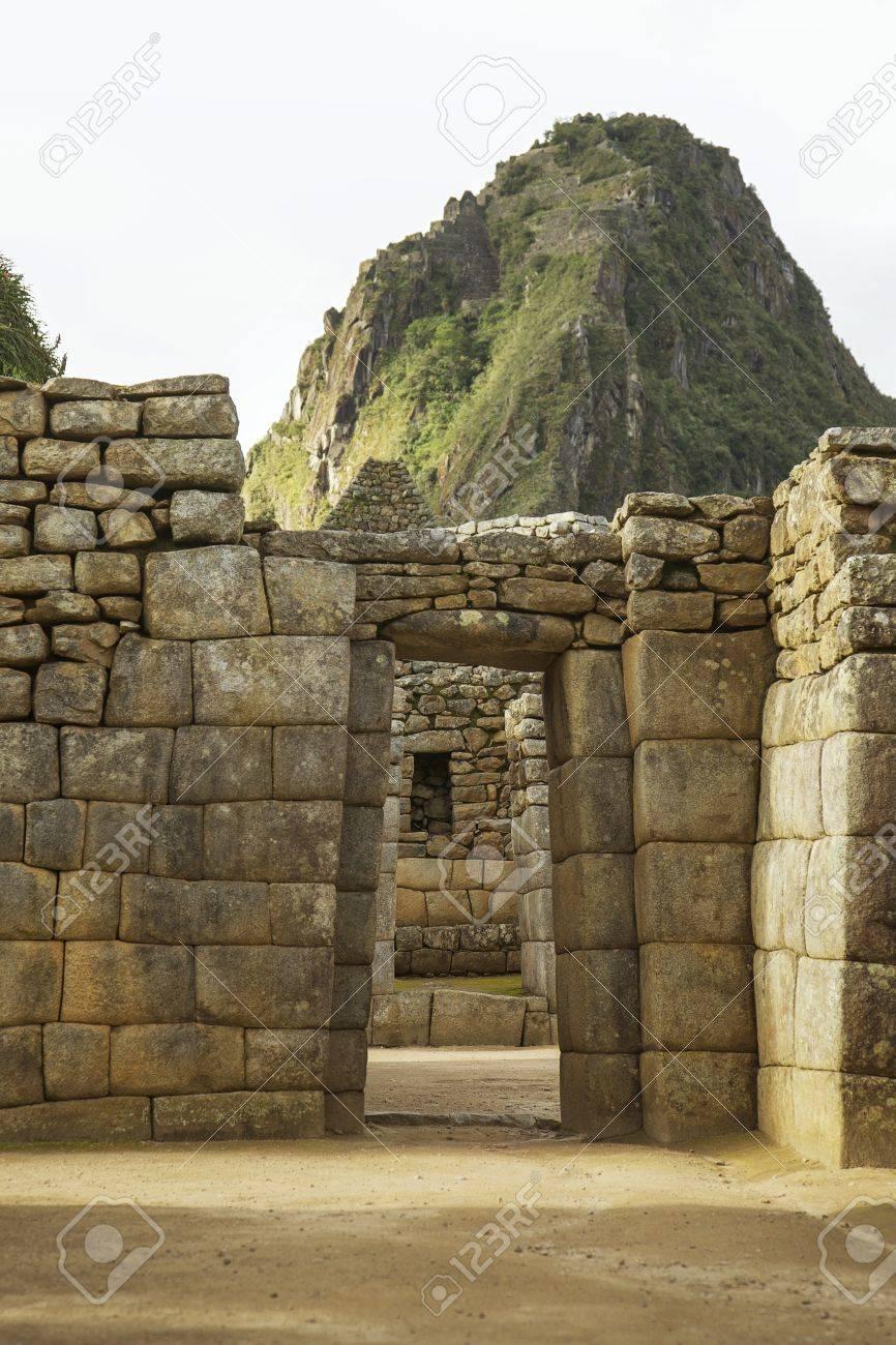 Wayna Picchu dietro rovine di porte interne Machu Picchu, Perù