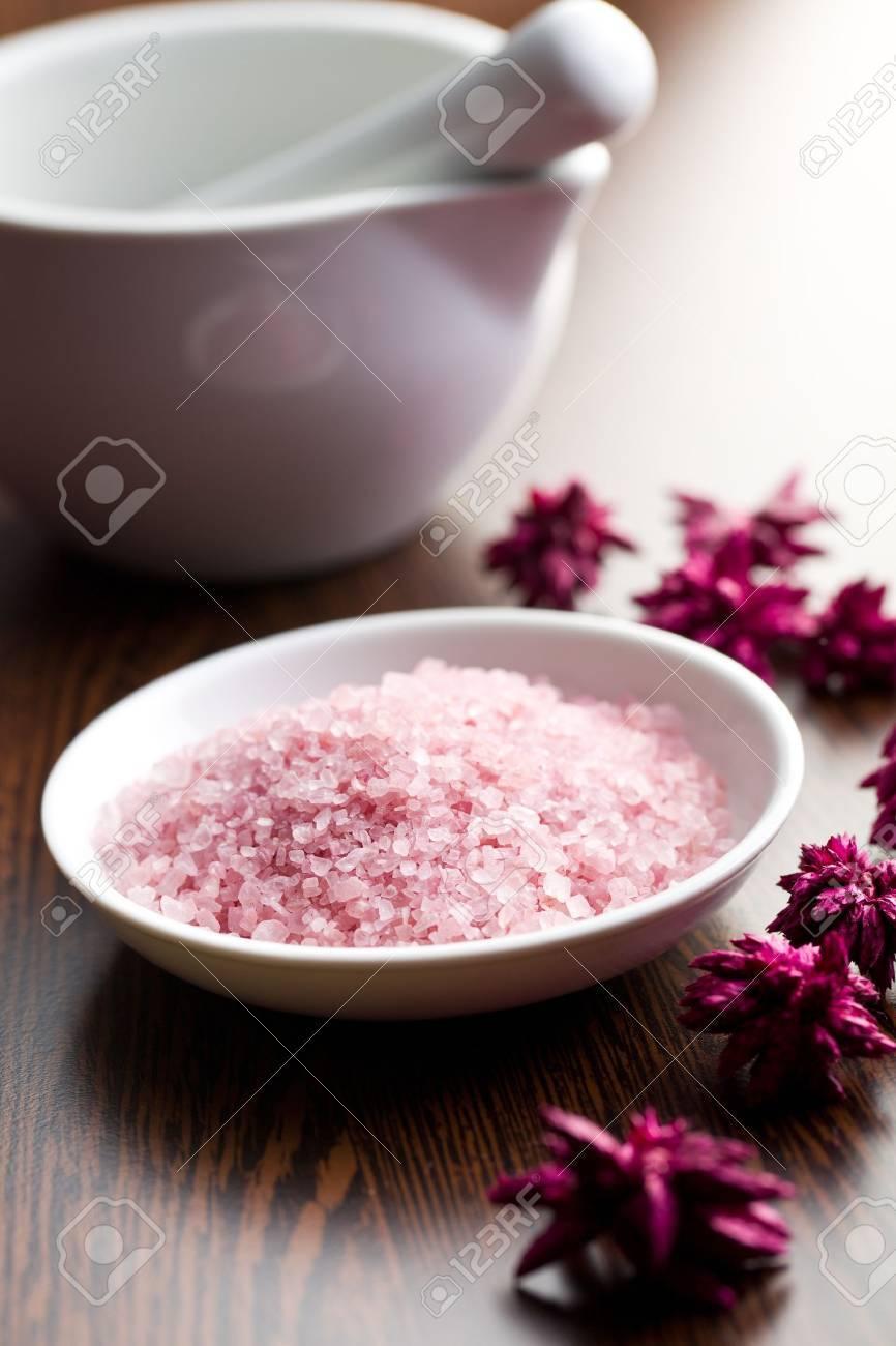 pink bath salt in ceramic bowl - 18943506