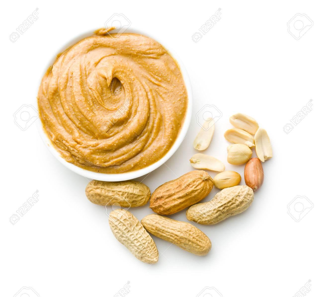 beurre de cacahuètes crémeux et arachides isolés sur fond blanc
