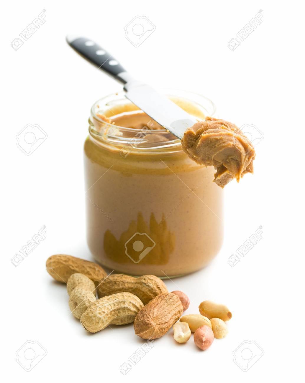 beurre d'arachide crémeux et arachides isolé sur fond blanc. spreads