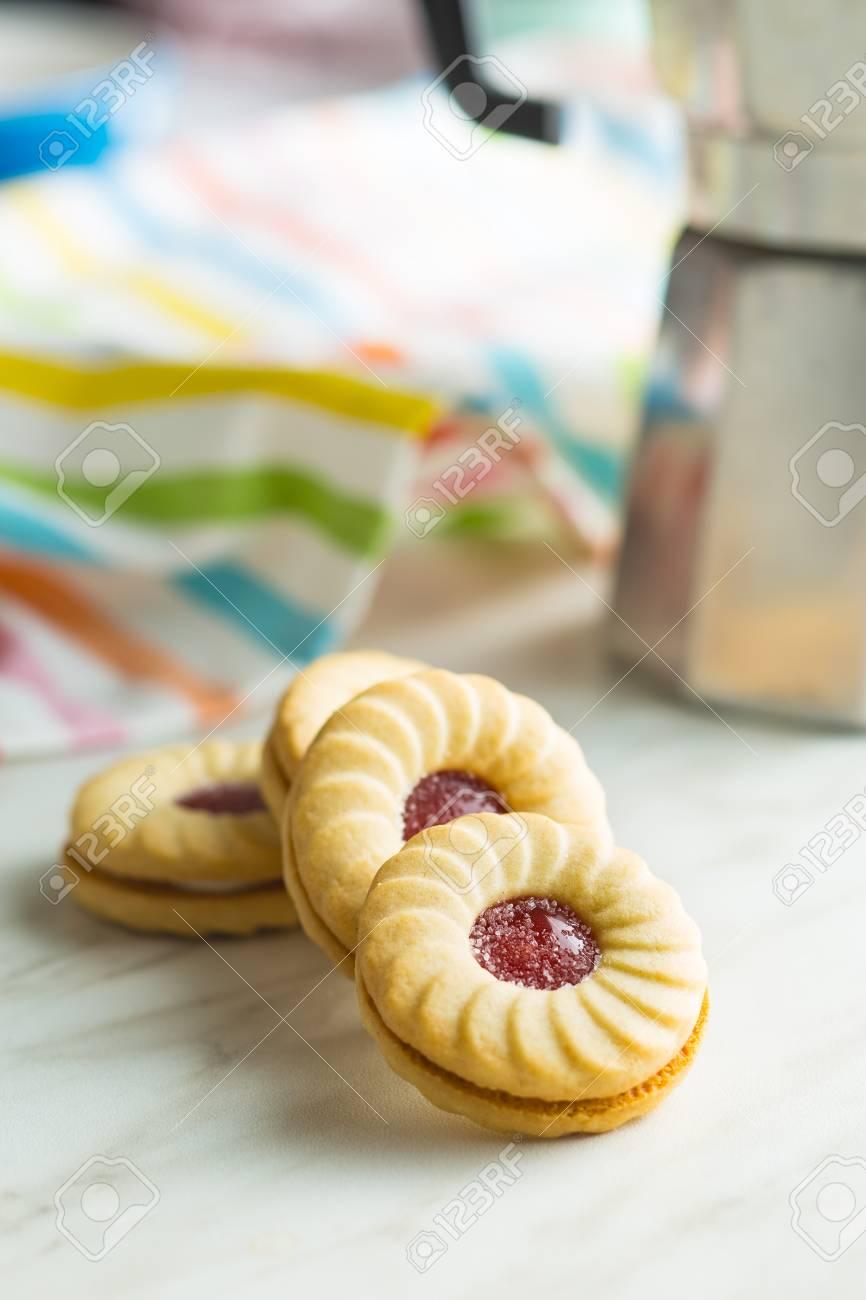 Süße Kekse Mit Marmelade Auf Küchentisch. Lizenzfreie Fotos, Bilder ...