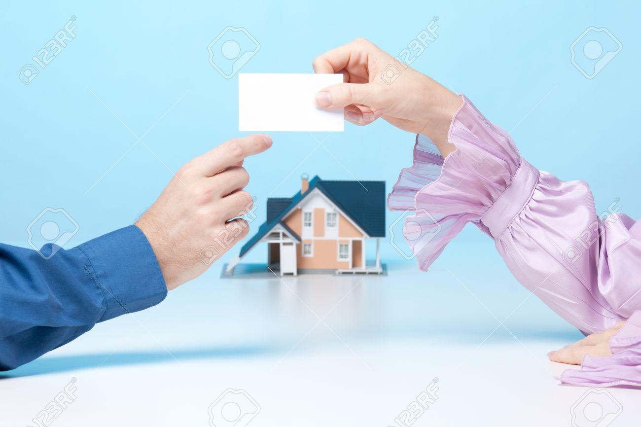 Rel Femme Courtier Immobilier Est De Donner Au Client Sa Carte