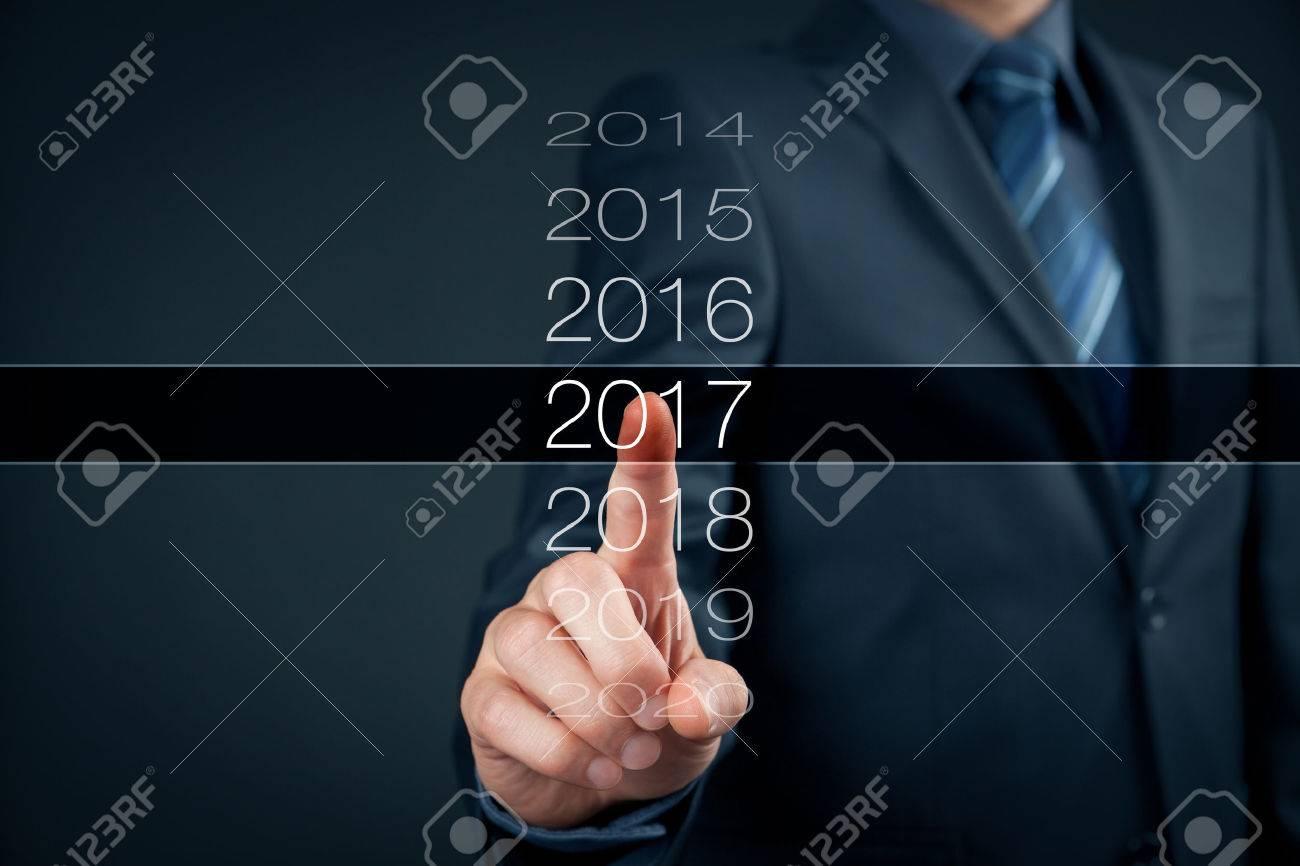 Homme d'affaires bienvenus 2017. affaires nouveau concept de carte d'année. Banque d'images - 62208419