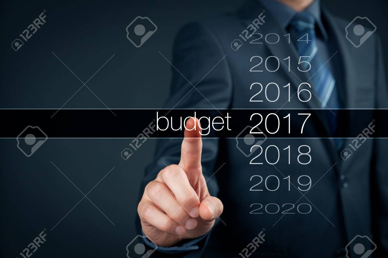 Businessman (accountant, financial manager) plan budget for year 2017. Banque d'images - 62578808