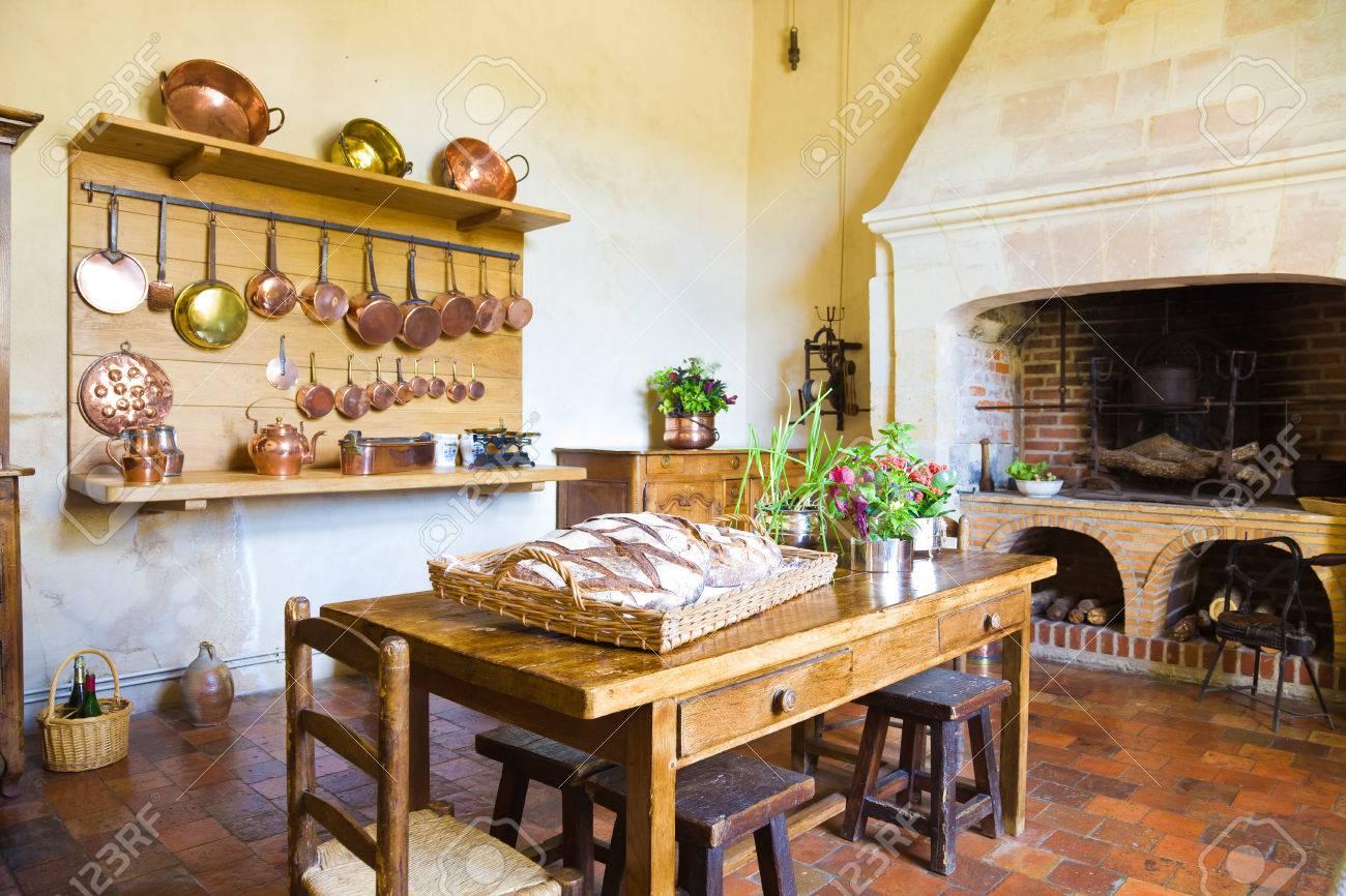 Très ancienne cuisine avec cheminée