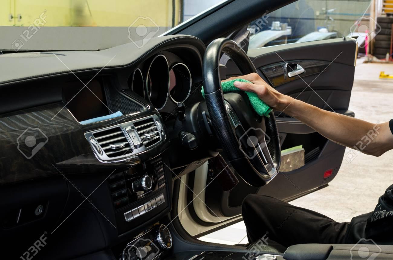 hand met groene microfiber doekje interieur auto schoonmaken stockfoto 66578380