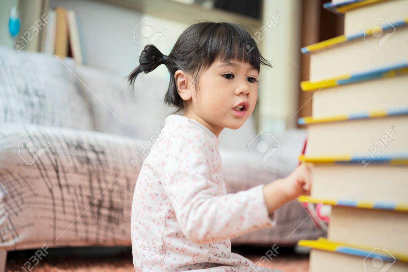 Education and school ideas - Little girl students are studying at school. I am practicing counting from the number of books available. - 171793984