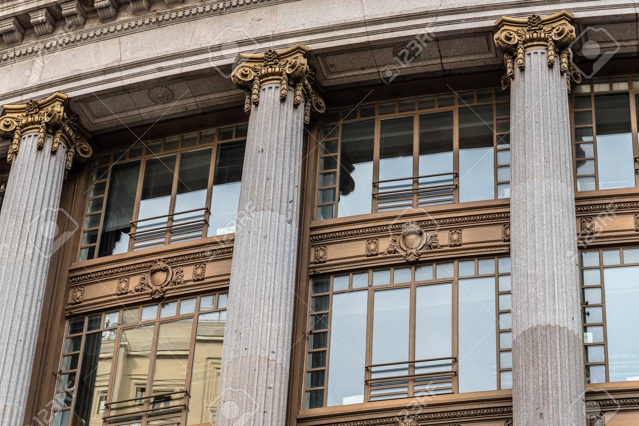 Faible angle de vue de l immeuble de bureaux classique espagnol à