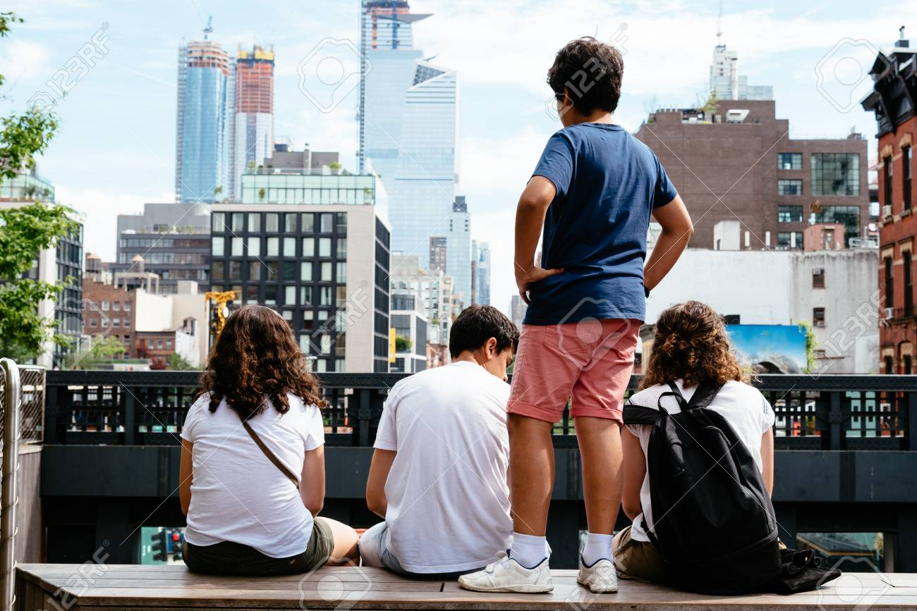 Young People Sitting On High Line In New York Lizenzfreie Fotos