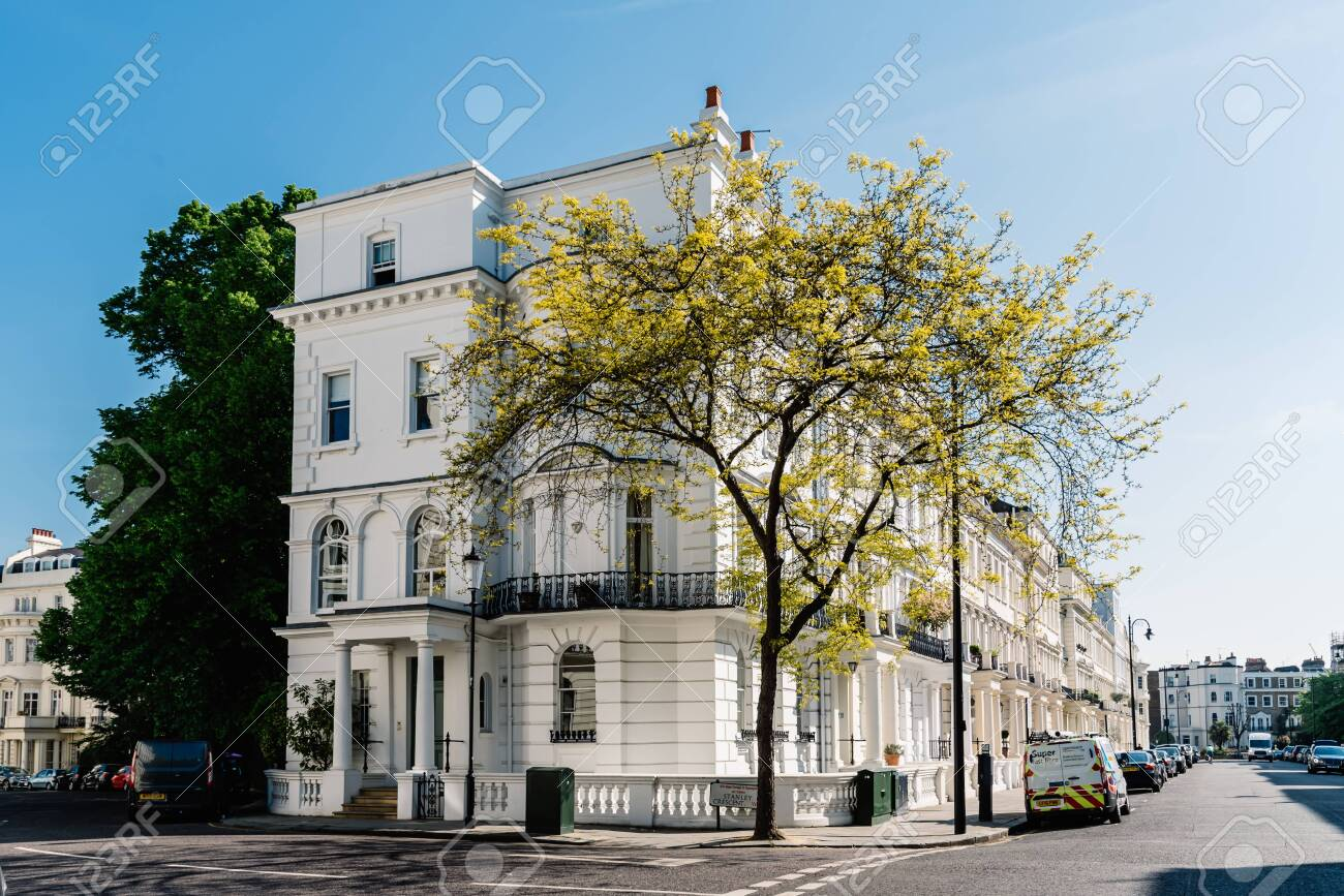Victorian houses in Notting Hill in London - 128355729