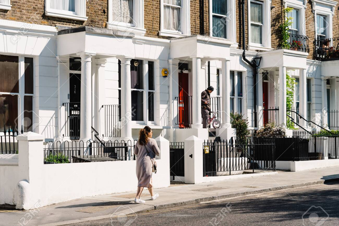 Victorian houses in Notting Hill in London - 128355770