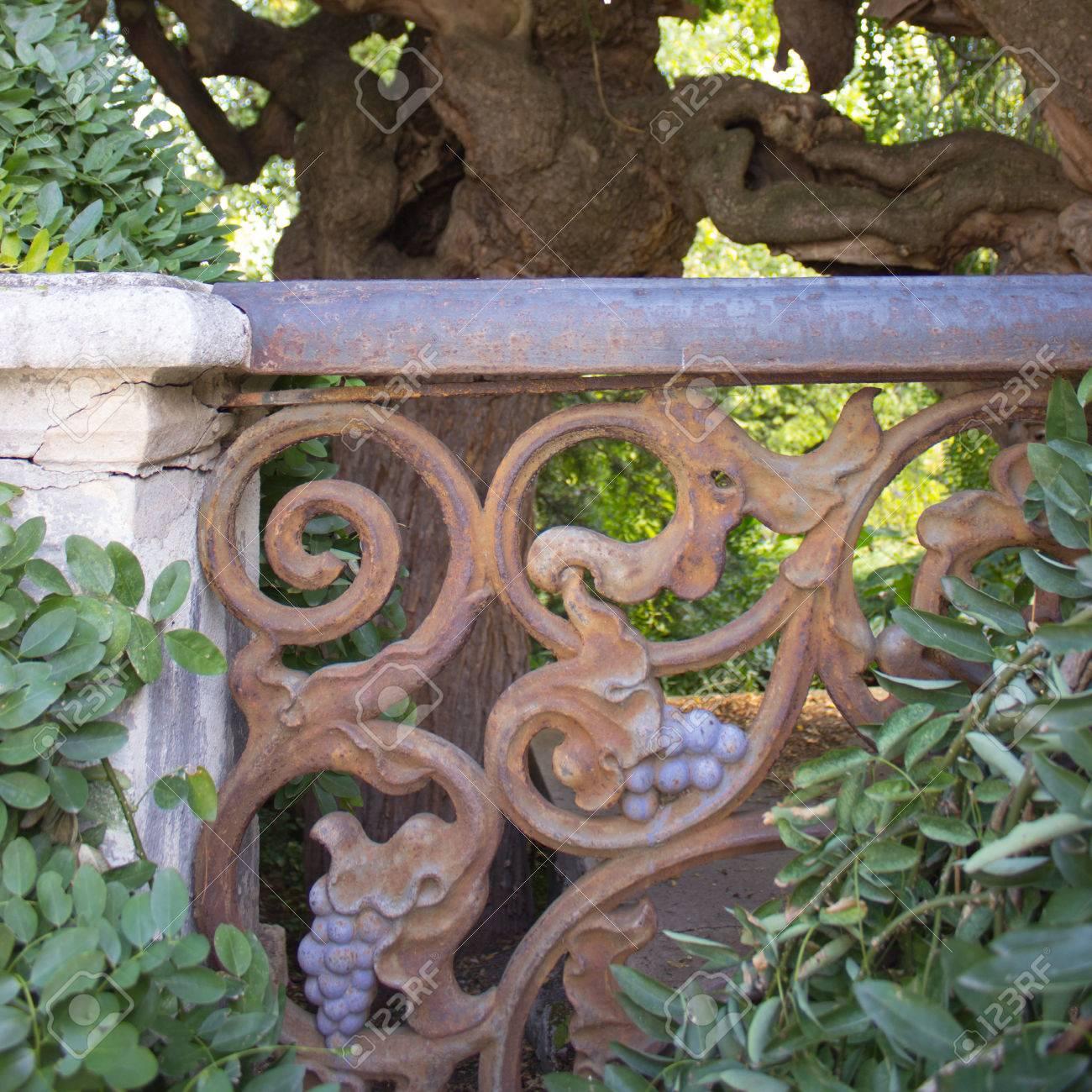 arbre pagode japonais avec une vieille balustrade en métal rouillé