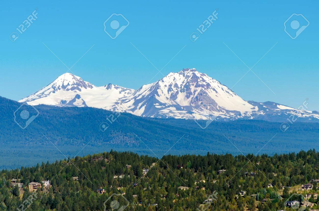 雪の覆われたカスケード山脈山中...