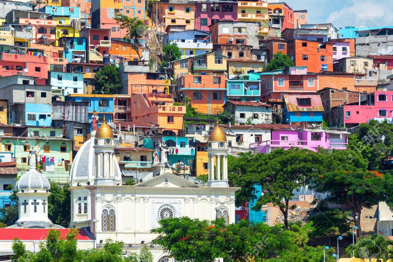 グアヤキル、エクアドルにそびえる丘の上にカラフルなスラムと白い教会 ...