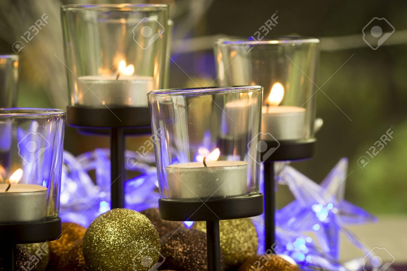 Dekorativ festlich weihnachten hintergrund mit brennenden teelicht