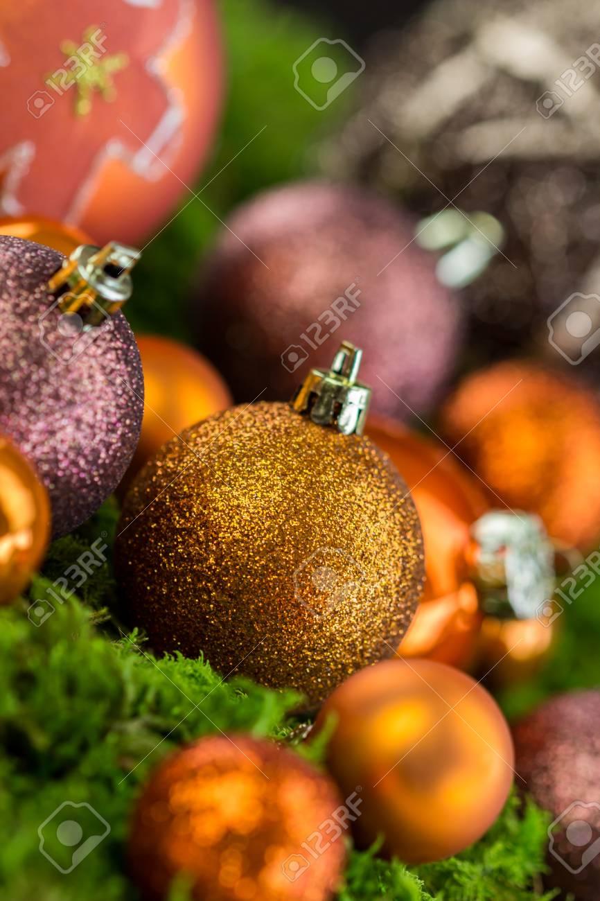 Immagini Palle Di Natale.Still Life Di Arancione Color Festa Palle Di Natale In Varieta Di Texture E Superfici Con Tema Di Pan Di Zenzero Cottura Su Sfondo Scuro Illuminato Da