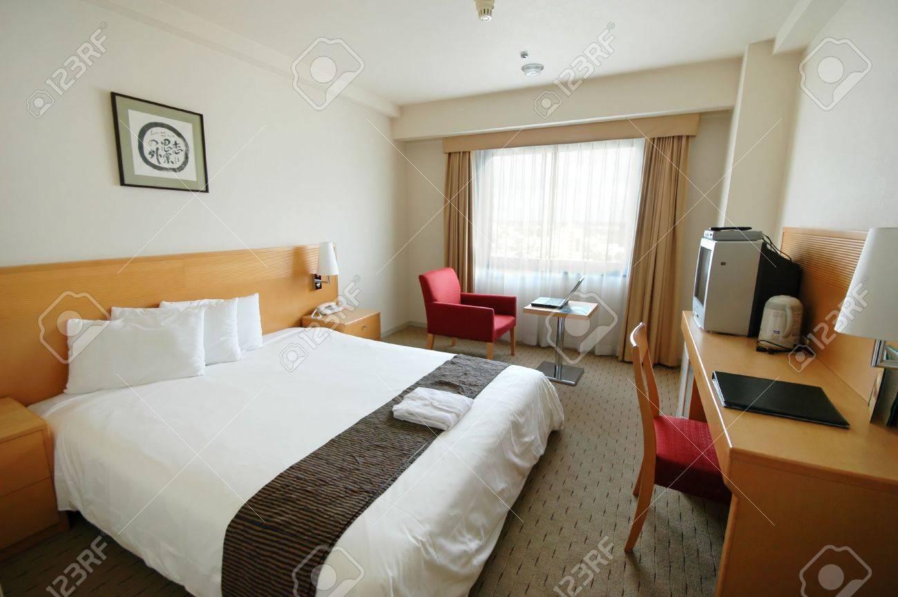 A clean and spartan hotel room - 970768