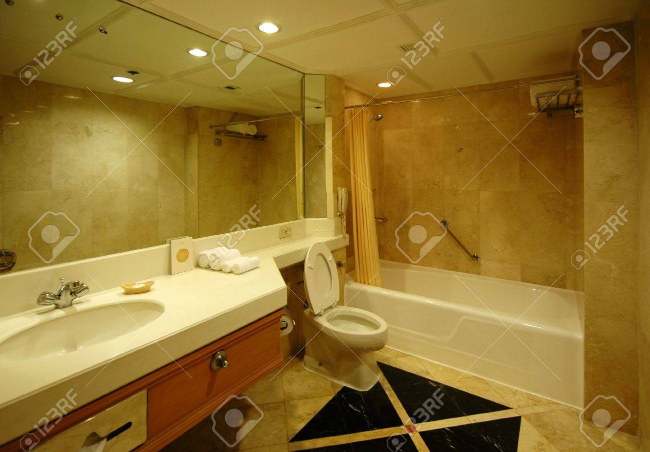 A spacious and nicely decorated Dream bath - 1015626