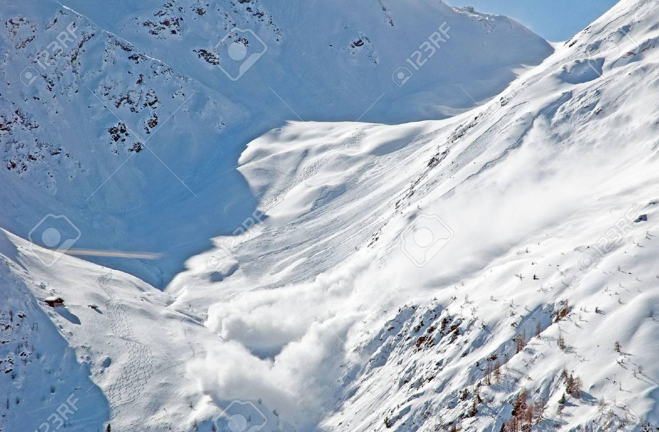 冬の山で雪崩 ロイヤリティーフ...