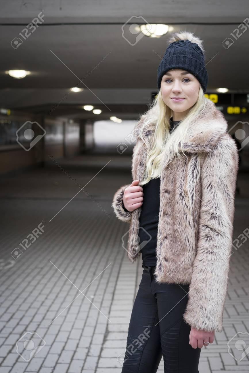 Femme Suedoise belle femme de mode blonde suédoise avec une casquette banque d