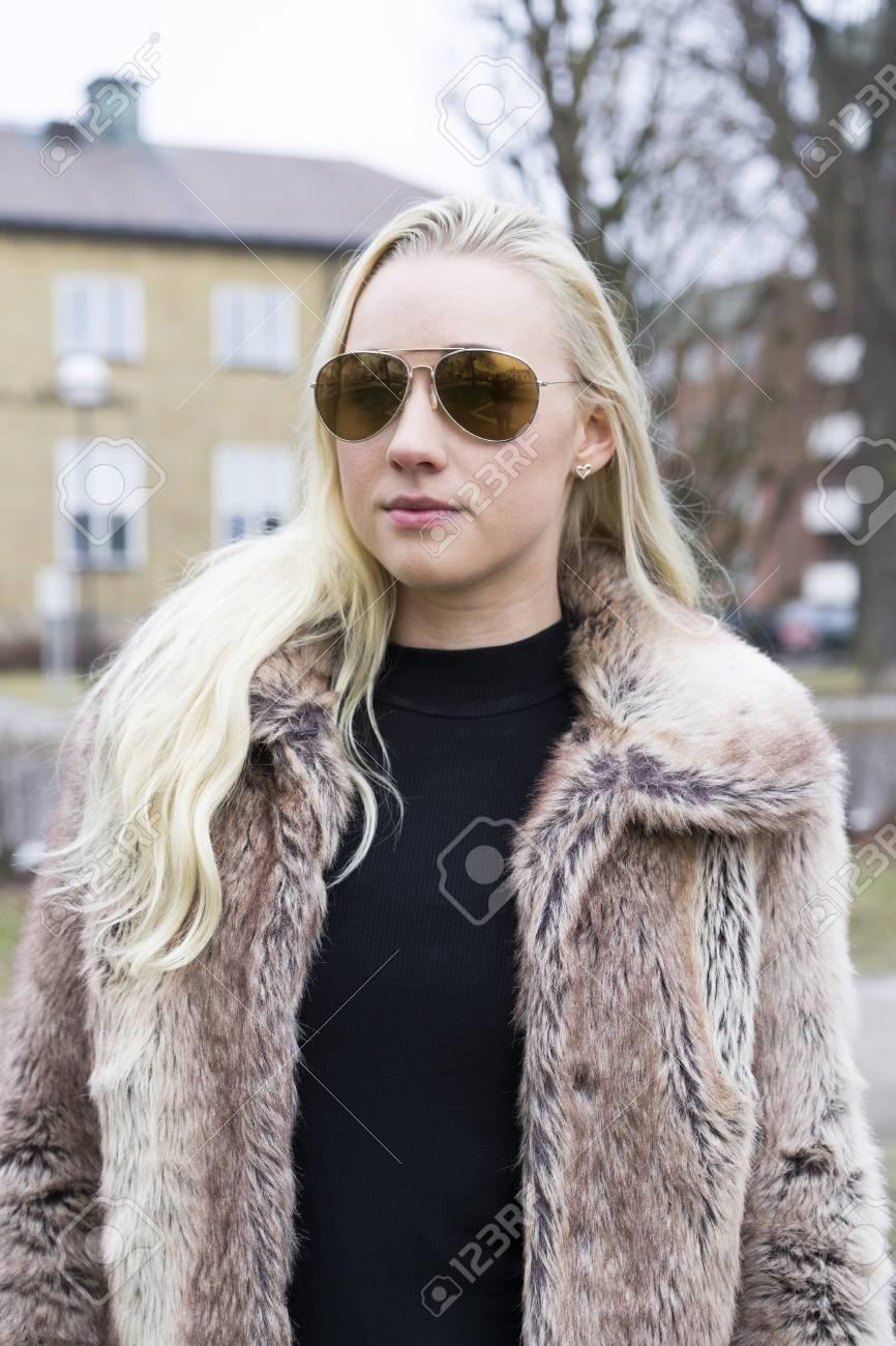Femme Suedoise blonde scandinave suédoise caucasienne femme en plein air dans des