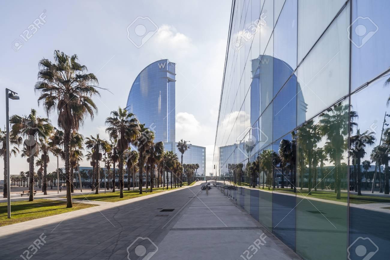 BARCELONA, SPANIEN-DEZEMBER 9,2015: Zeitgenössische Architektur ...
