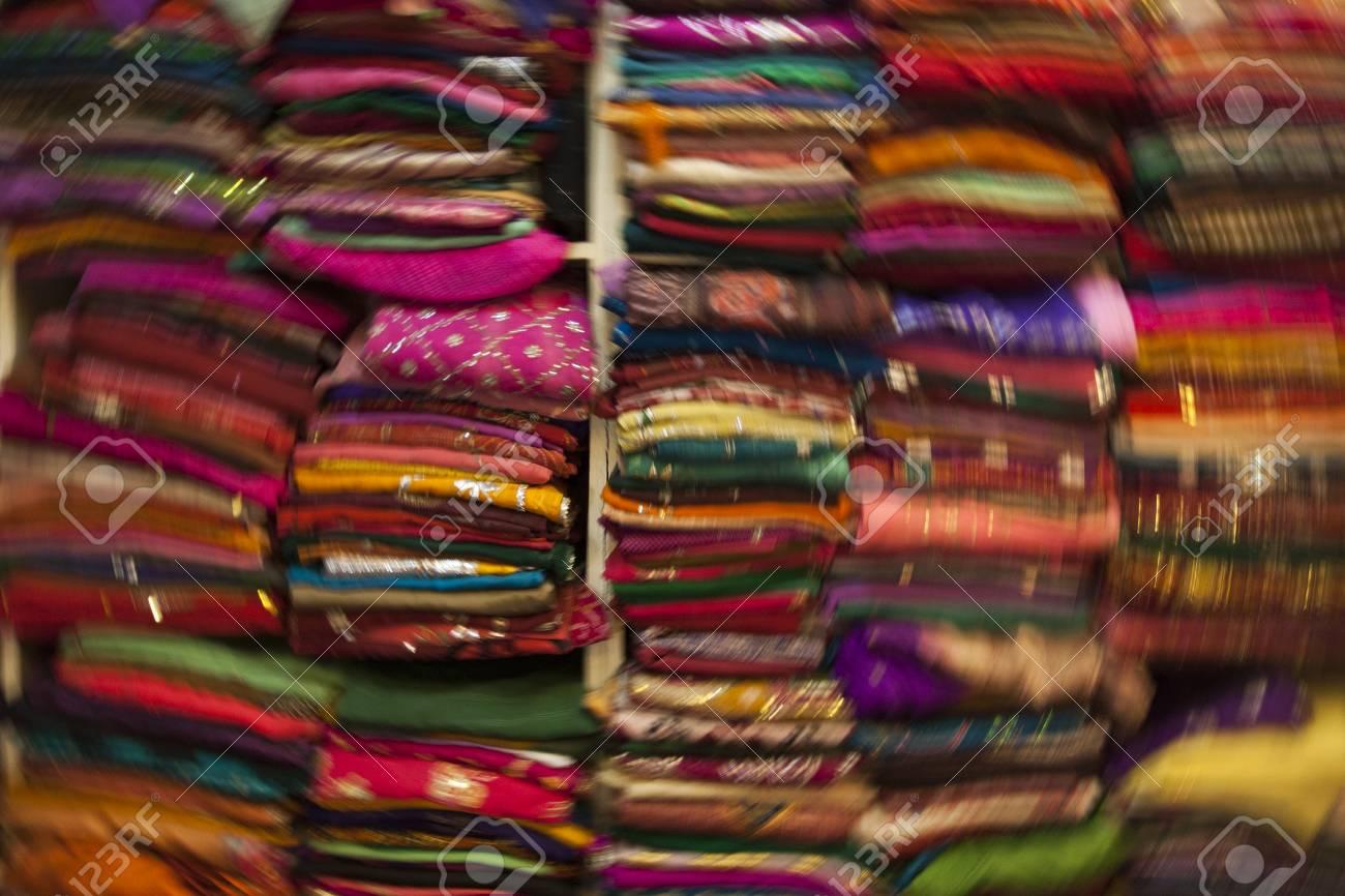 migliore a buon mercato bdd3c ae420 Sfocatura movimento del negozio di sciarpa colorata