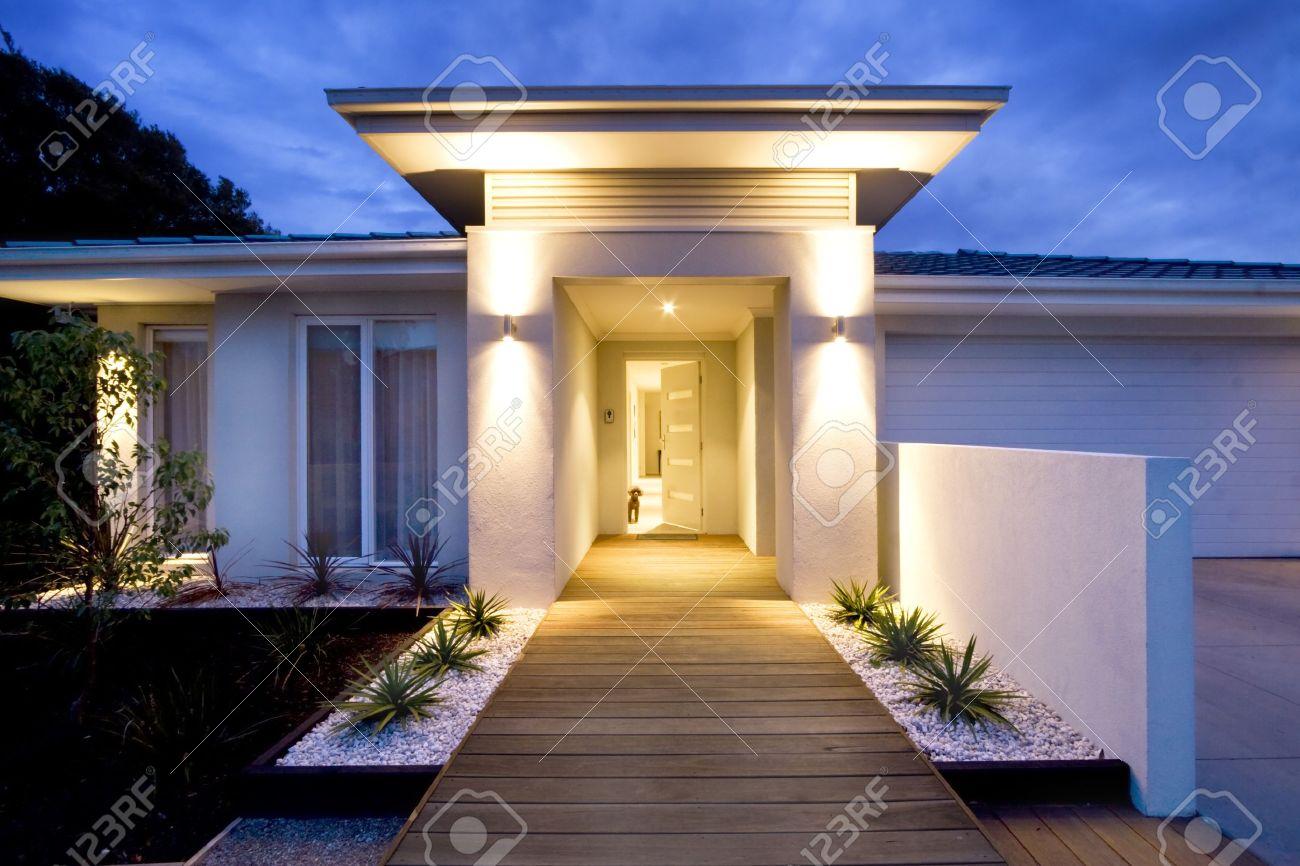 grande entrata di una casa contemporanea al crepuscolo foto