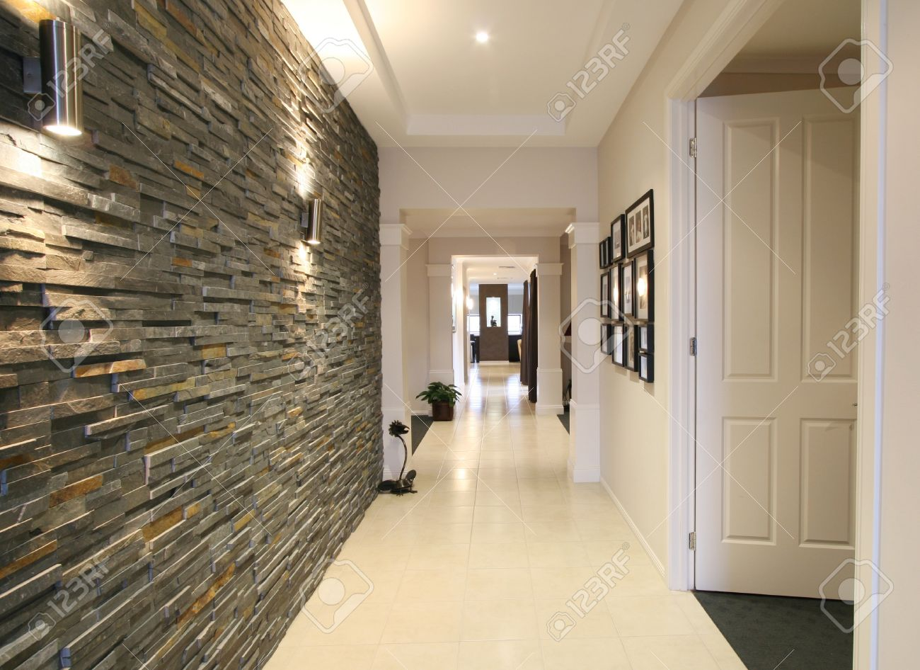 Regardant vers le bas le hall d\'entrée d\'une nouvelle maison contemporaine  avec fonctionnalité de pierre bleue mur.