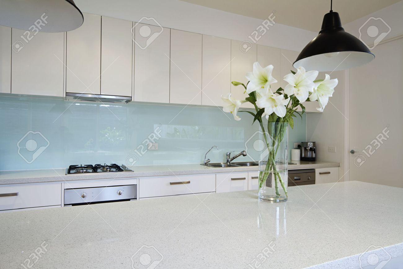 Weiße Lilie Blumen Auf Moderne Küche Insel Bank Lizenzfreie Fotos ...