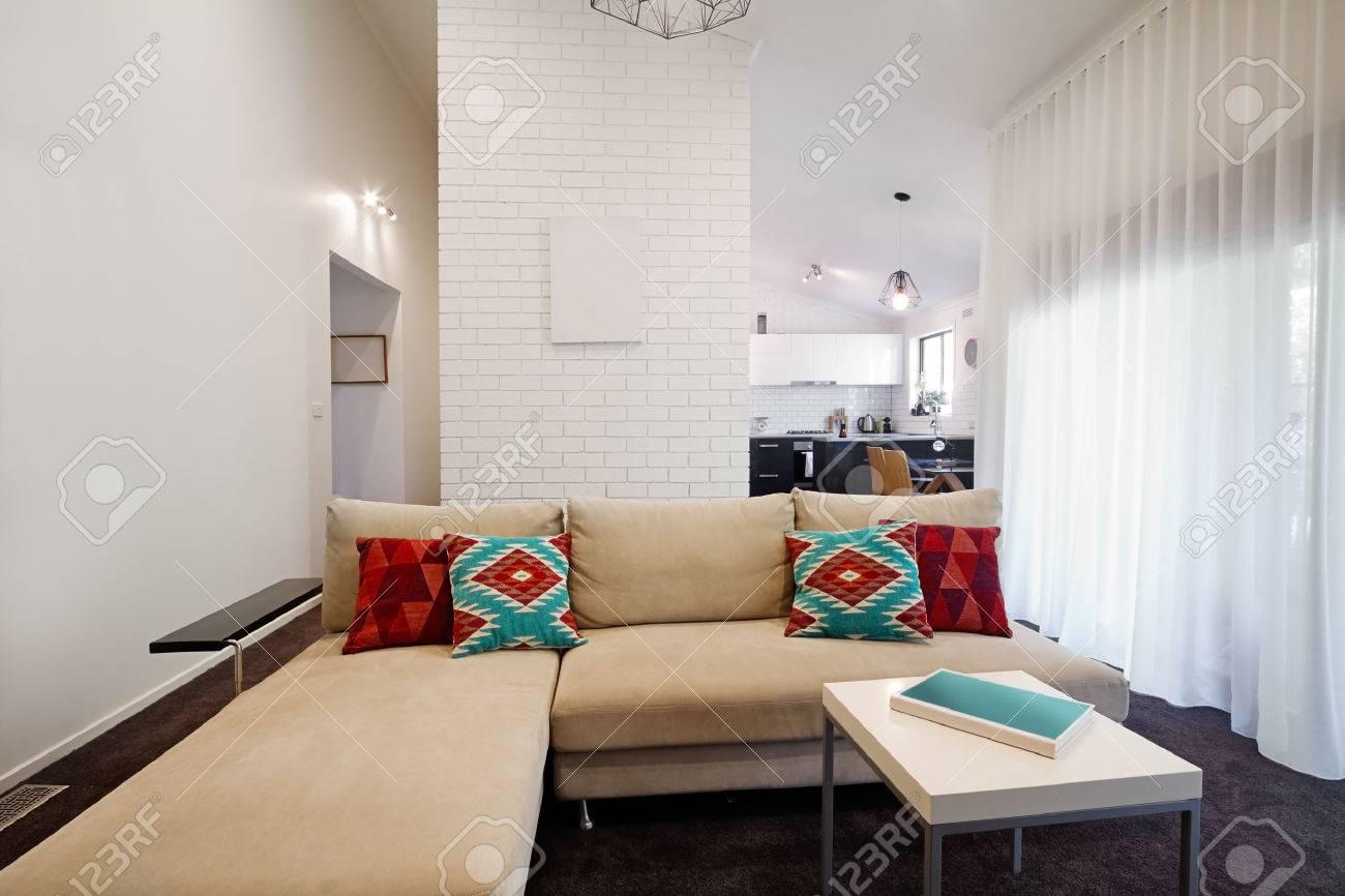 Modernes Wohnzimmer Sofa Und Couchtisch Mit Küche Im Hintergrund  Standard Bild   35212872