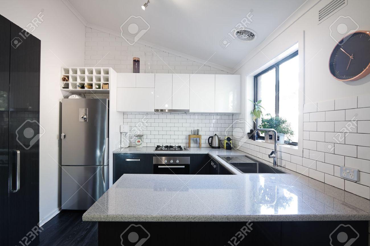 banque dimages nouvelle cuisine contemporaine en noir et blanc avec des carreaux de mtro dosseret