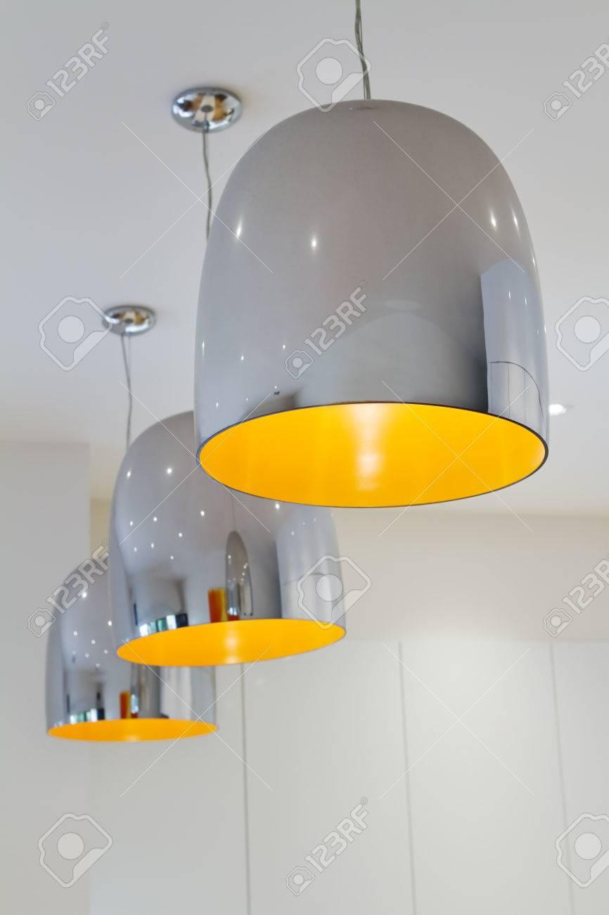 Drei Chrom Und Gelbe Moderne Küche Anhänger Arbeitsplatzbeleuchtung ...