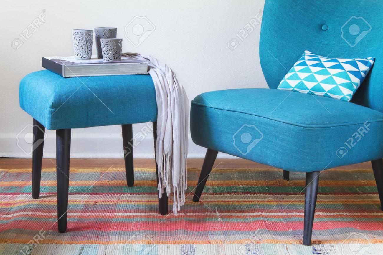 Sillón Verde Azulado Retro Y Elementos De Decoración Otomano ...