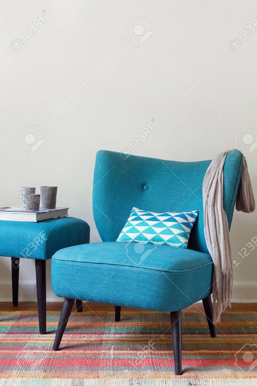 Sillón Verde Azulado Retro Y Elementos De Decoración Interior De Una ...