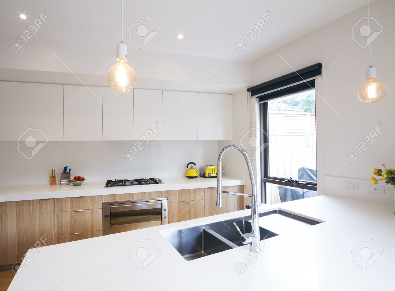 Moderne Küche Mit Anhänger Beleuchtung Und Versunkenen Waschbecken ...