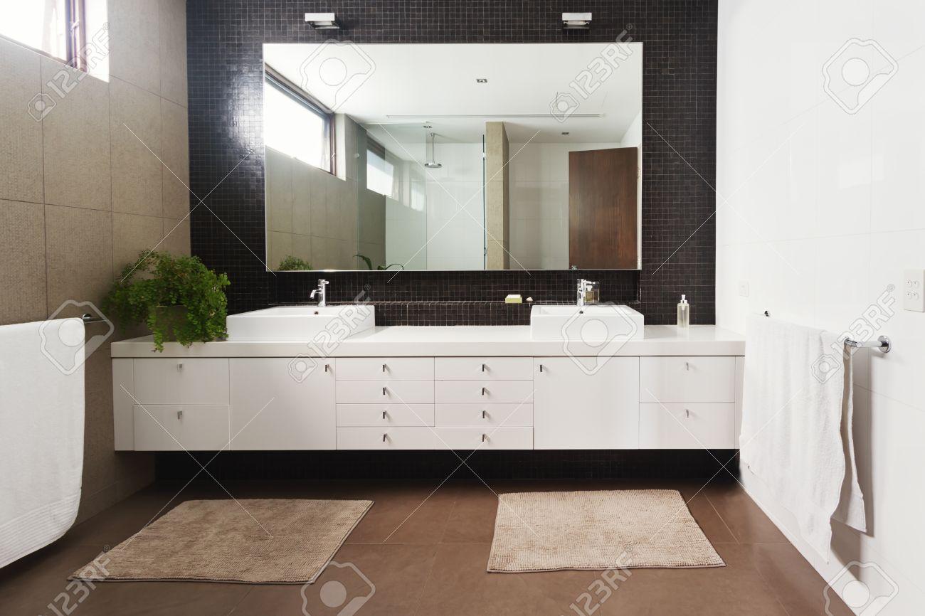 Double Vanité Lavabo Et Miroir Dans La Nouvelle Grande Salle De ...