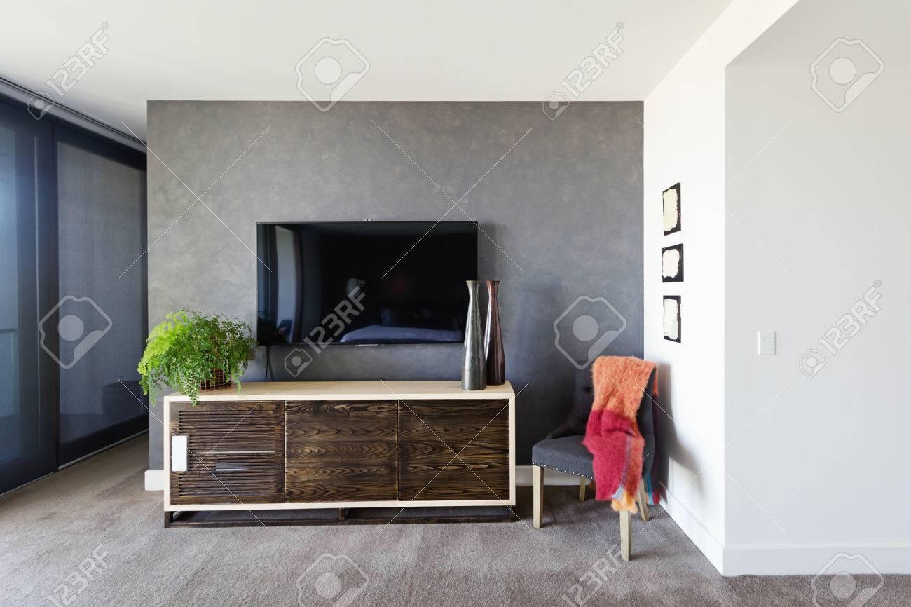 Banque Du0027images   Mural TV Et Buffet Dans La Spacieuse Chambre Des Maîtres  Avec Des Articles De Décoration