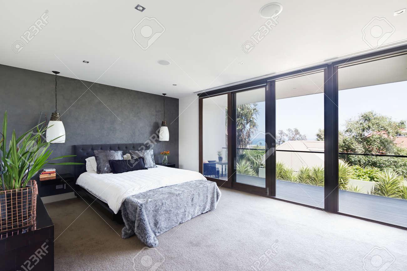 Geräumiger Innenraum Der Designer Master Schlafzimmer In Luxus  Zeitgenössischen Australischen Heimat Standard Bild