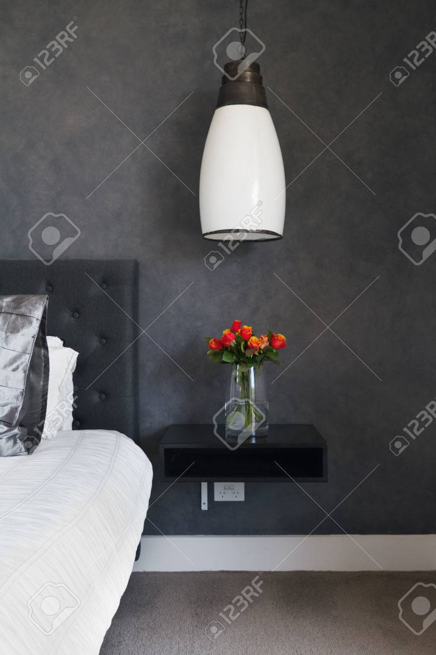 Orange Rosen Auf Dem Nachttisch In Der Zeitgenössischen Dunklen ...