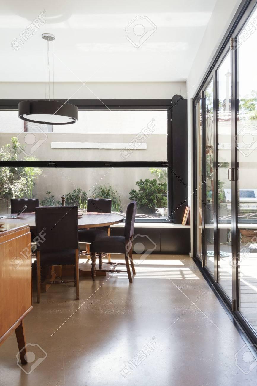 foto de archivo moderno comedor con piso de concreto y vidrio bi puertas plegables y las de jardn