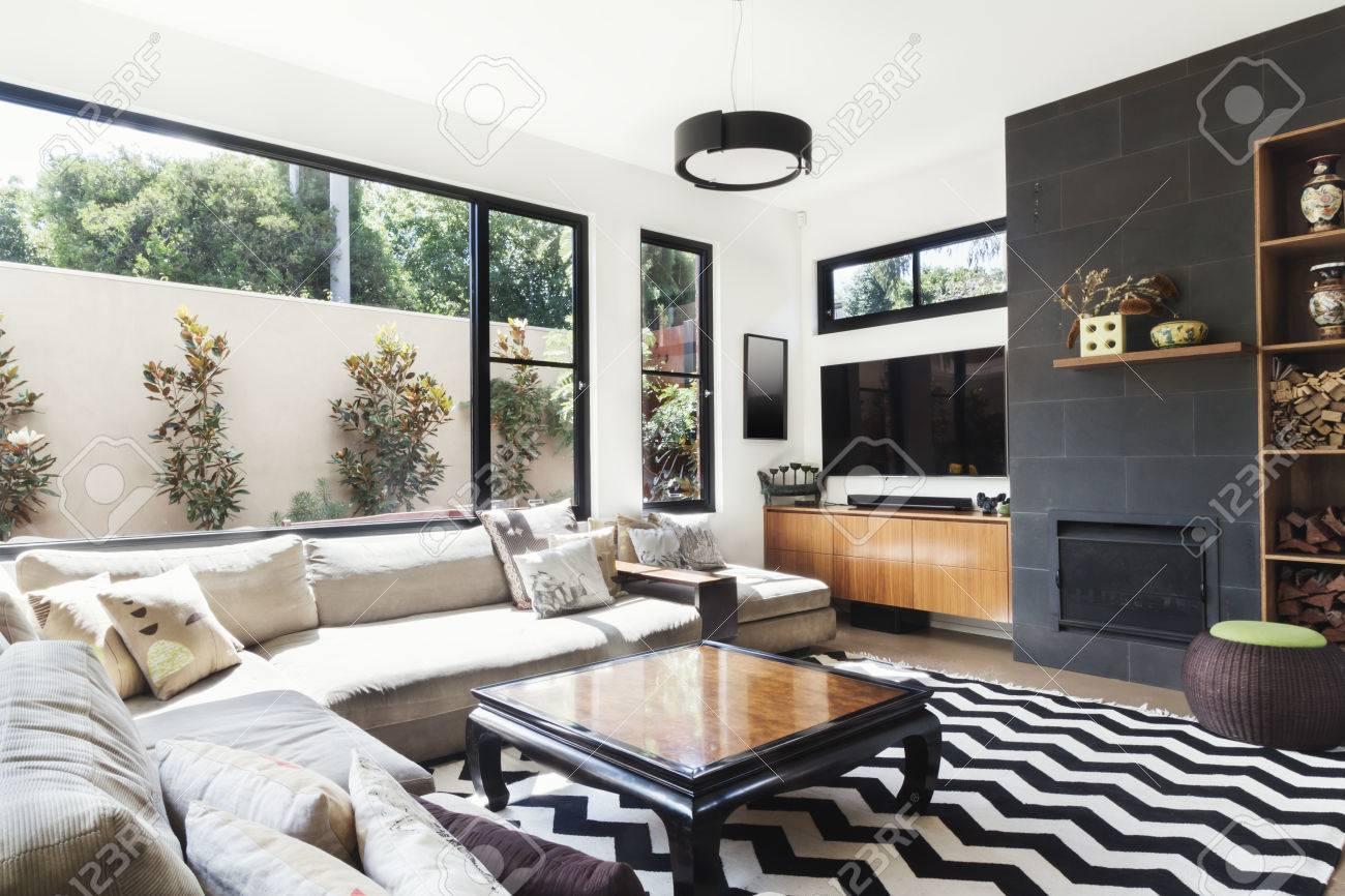 monochrome wohnzimmer mit holz und grauen fliesen akzente und