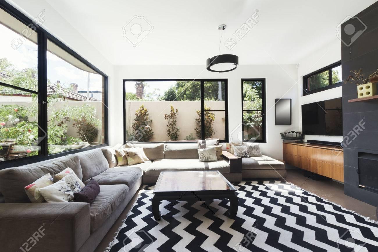 Noir et blanc régime salon avec des accents de bois et de carrelage gris et  chevron plancher de motif tapis