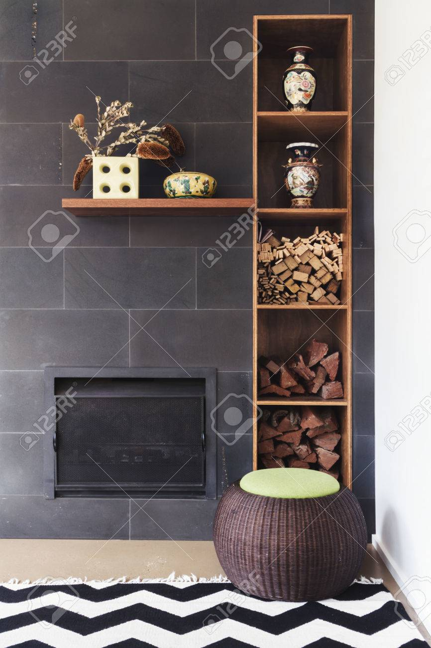 Intérieur conçu coin salon des détails de décoration, cheminée, bois, tapis  et pouf