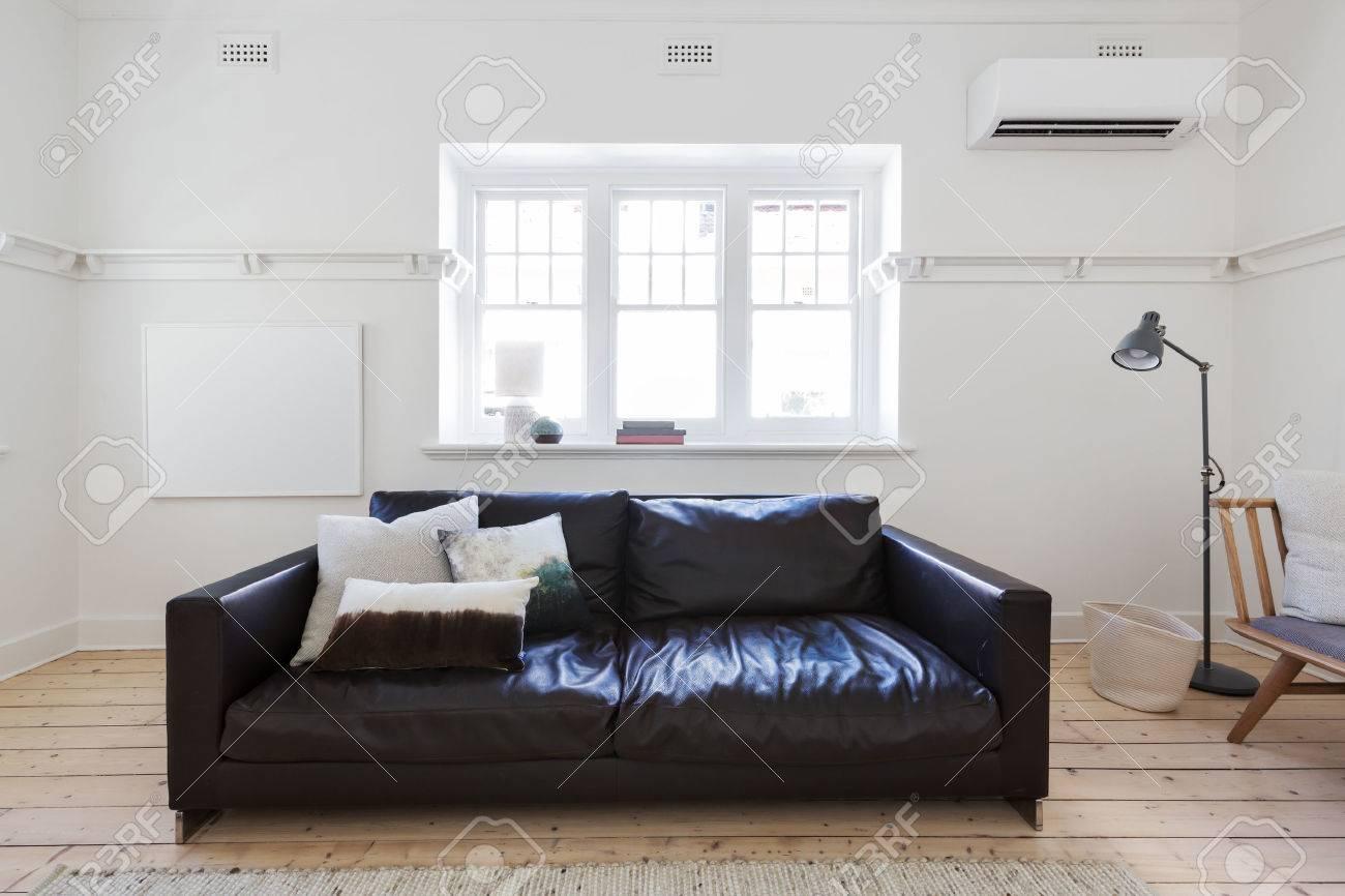 Art encadré blanc Blank en intérieur contemporain de style salon